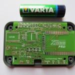 printplaatje 'Follow Me' voor Mikrokopter drones met AA-batterij ernaast om grootte aan te geven