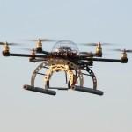 Mikrokopter drone hangt stabiel in de strakblauwe lucht